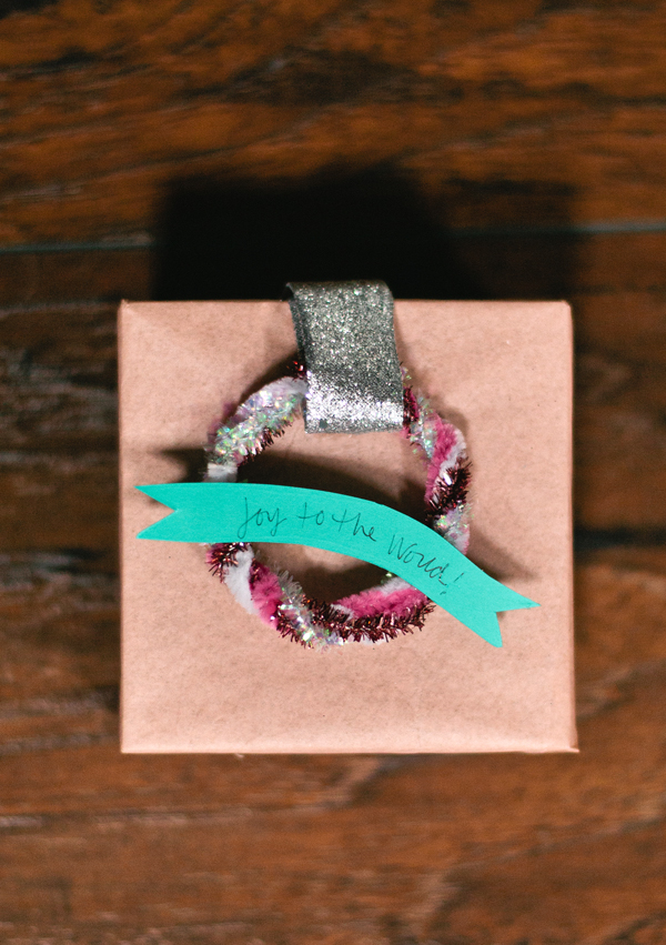 DIY wreath present topper from pipe cleaners