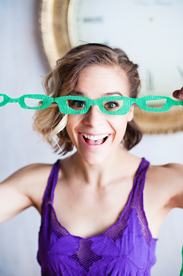 Fun eye glass garland for parties /// click for the free party printable!